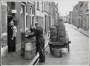 Destijds een vertrouwd straatbeeld in steden en dorpen: het verwisselen van de tonnen.