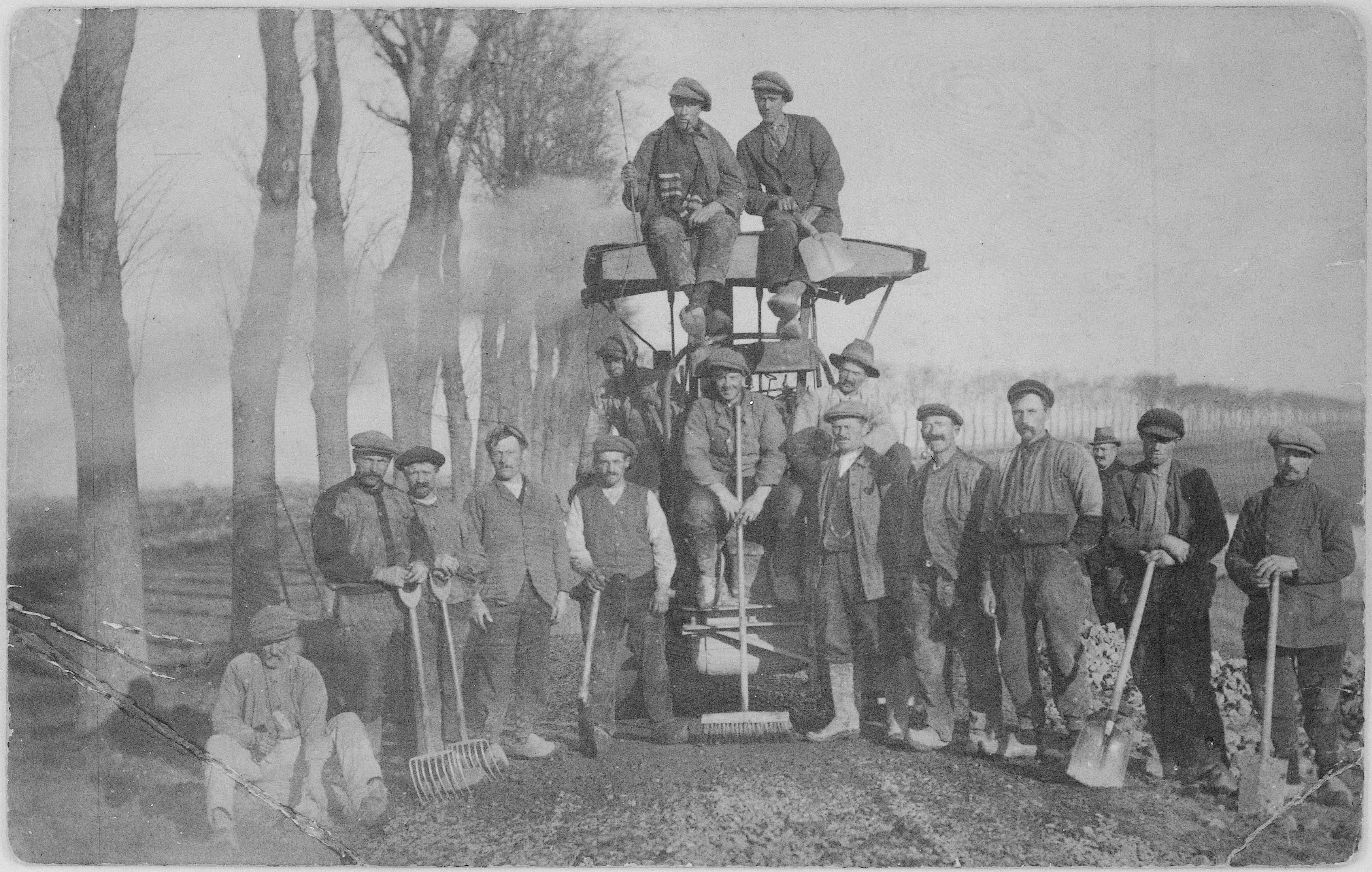 Wegenbouwers bij hun stoommachine.