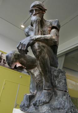 De Denker van Rodin verminkt, foto vervaardigd door Margareta Svensson.