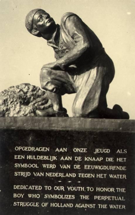Het monument van Hans Brinker op de Woerdersluis in Spaarndam.