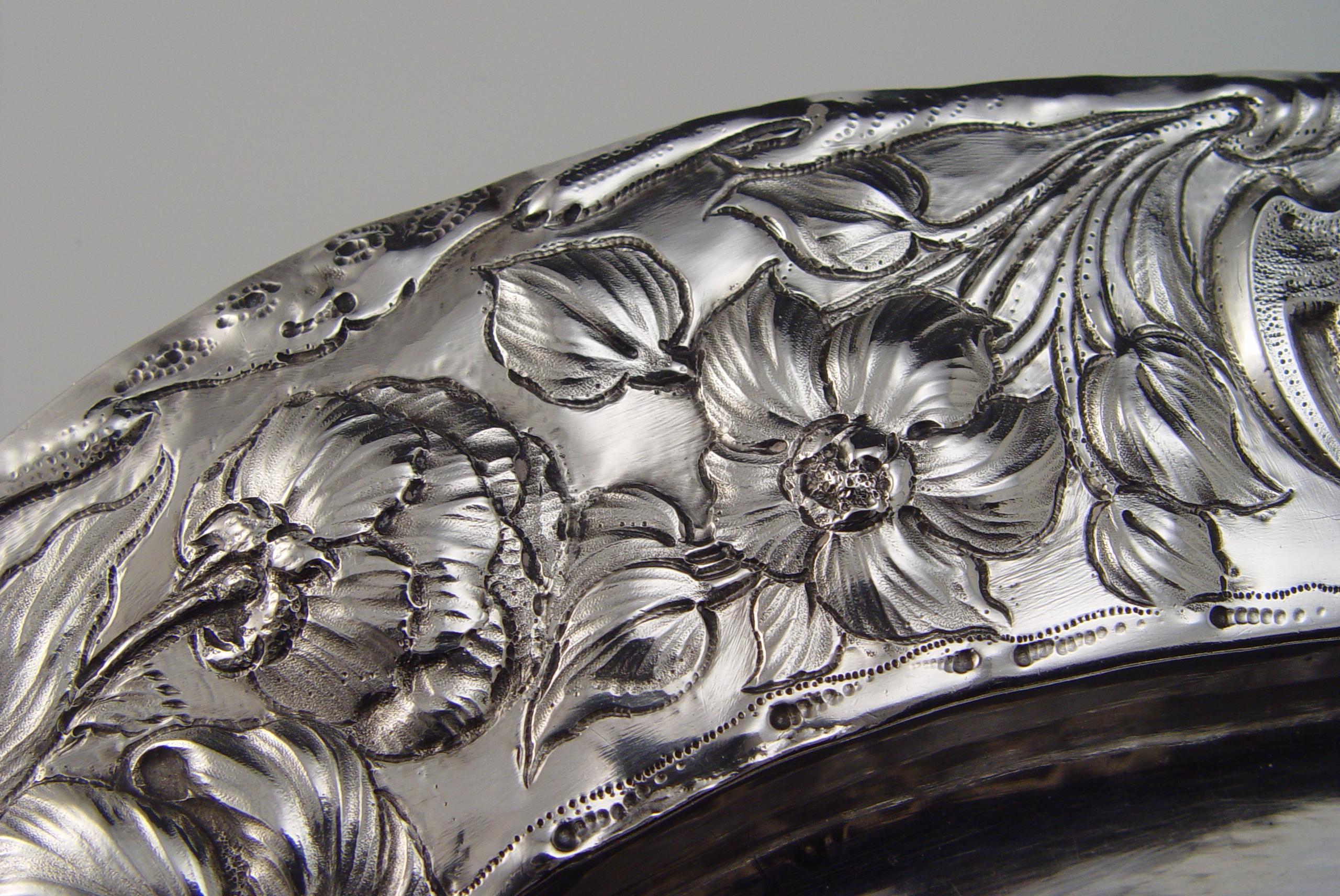 Bloemmotieven op Alkmaarse zilveren schaal