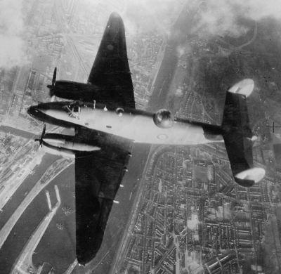 Lockheed Ventura boven IJmuiden in februari 1943.