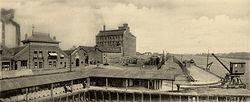 De papierfabriek te Velsen van de N.V. Vereenigde Koninklijke Papierfabrieken der firma Van Gelder en Zonen, ca.1900.