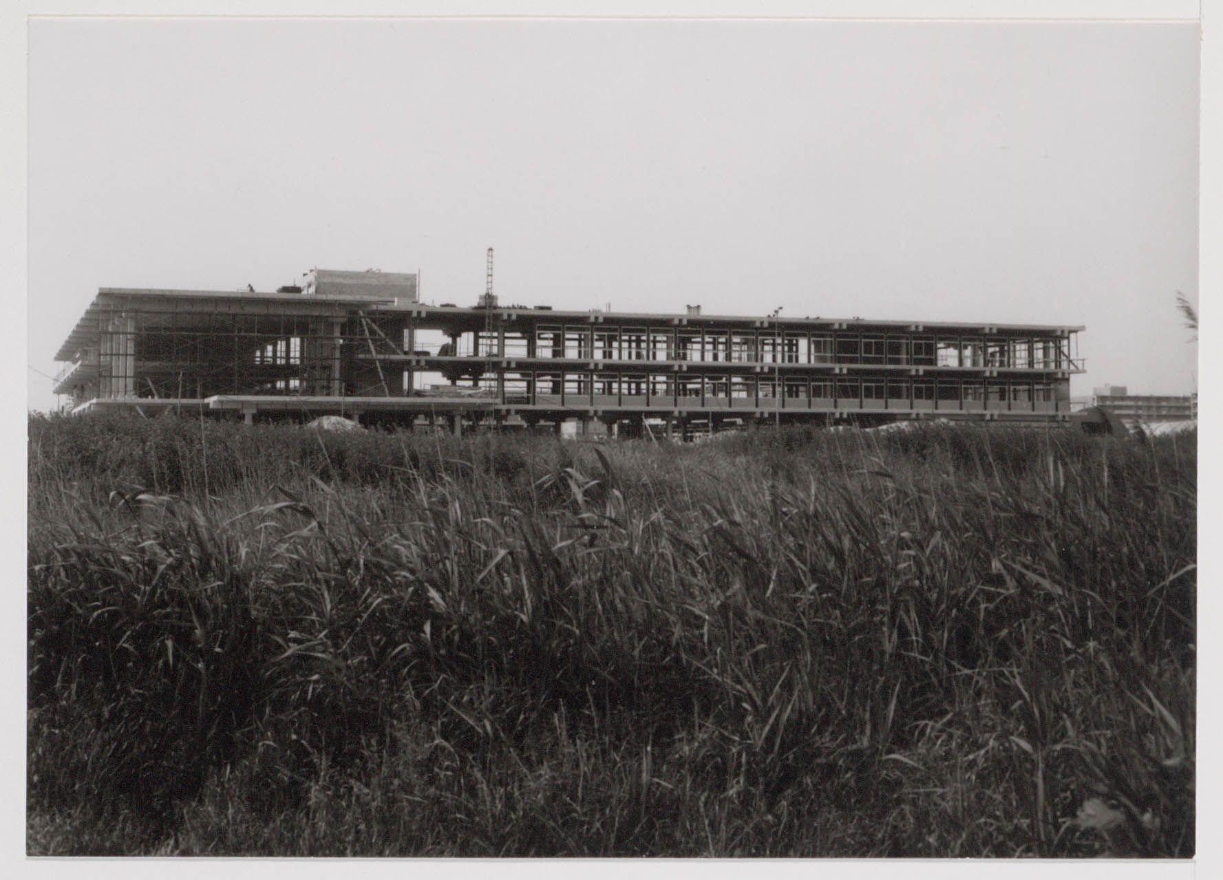 Het gemeentehuis in aanbouw