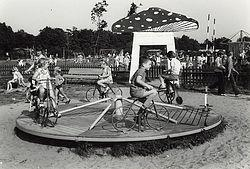 Attracties in het recreatiepark Linnaeushof te Bennebroek, 1965.