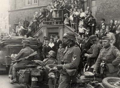 Duitse militairen voor het stadhuis van Haarlem (mei 1940).