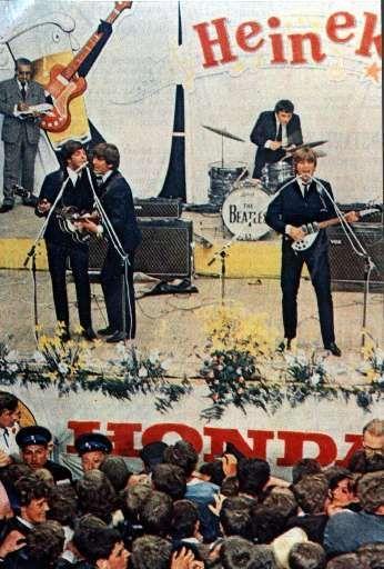 De Beatles op het podium.