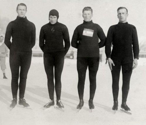 Vier van Nederlands beste schaatsenrijders die in Davos de eer van de Nederlandse vlag hooghouden. Vlnr; Dolf van der Scheer uit Zutphen, Teun Hoofdman, Willem Kos uit Oudkarspel, en Simon Heijden uit IJsselmonde, Davos, Zwitserland 1929. Beeld: Wikimedia Commons