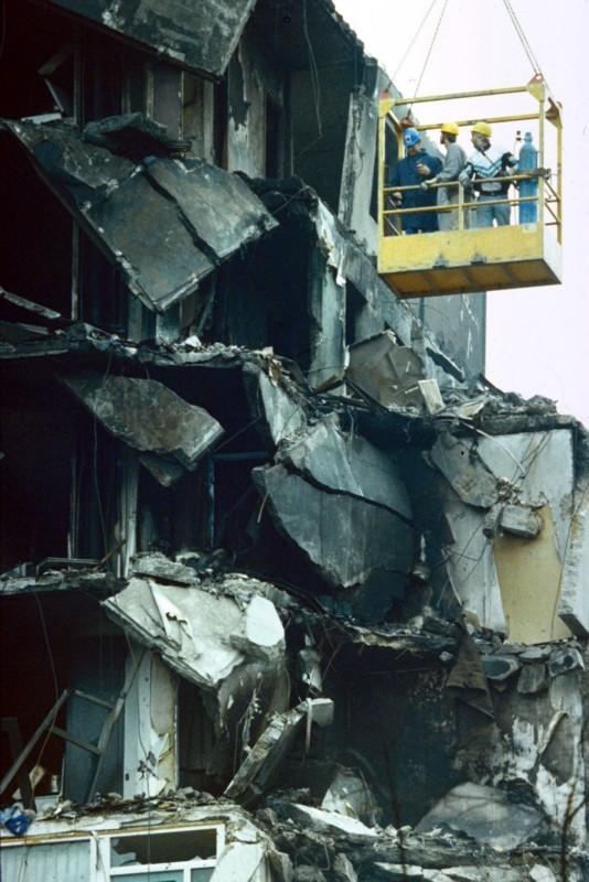 Amsterdam-In een bakje aan de kraan wordt gewerkt aan de getroffen flat./06.10.1992, Amsterdam-In een bakje aan de kraan wordt gewerkt aan de getroffen flat. Auteur: Paul Vreeker