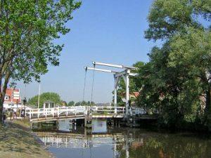 Klapbrug verbindt al eeuwen Ouderkerk met Ronde Hoep