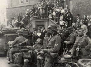 Duitse militairen voor het stadhuis van Haarlem