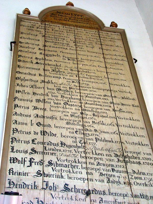 Het predikantenbord van de kerk van Nieuw-Loosdrecht. Beeld: Henk Bouma