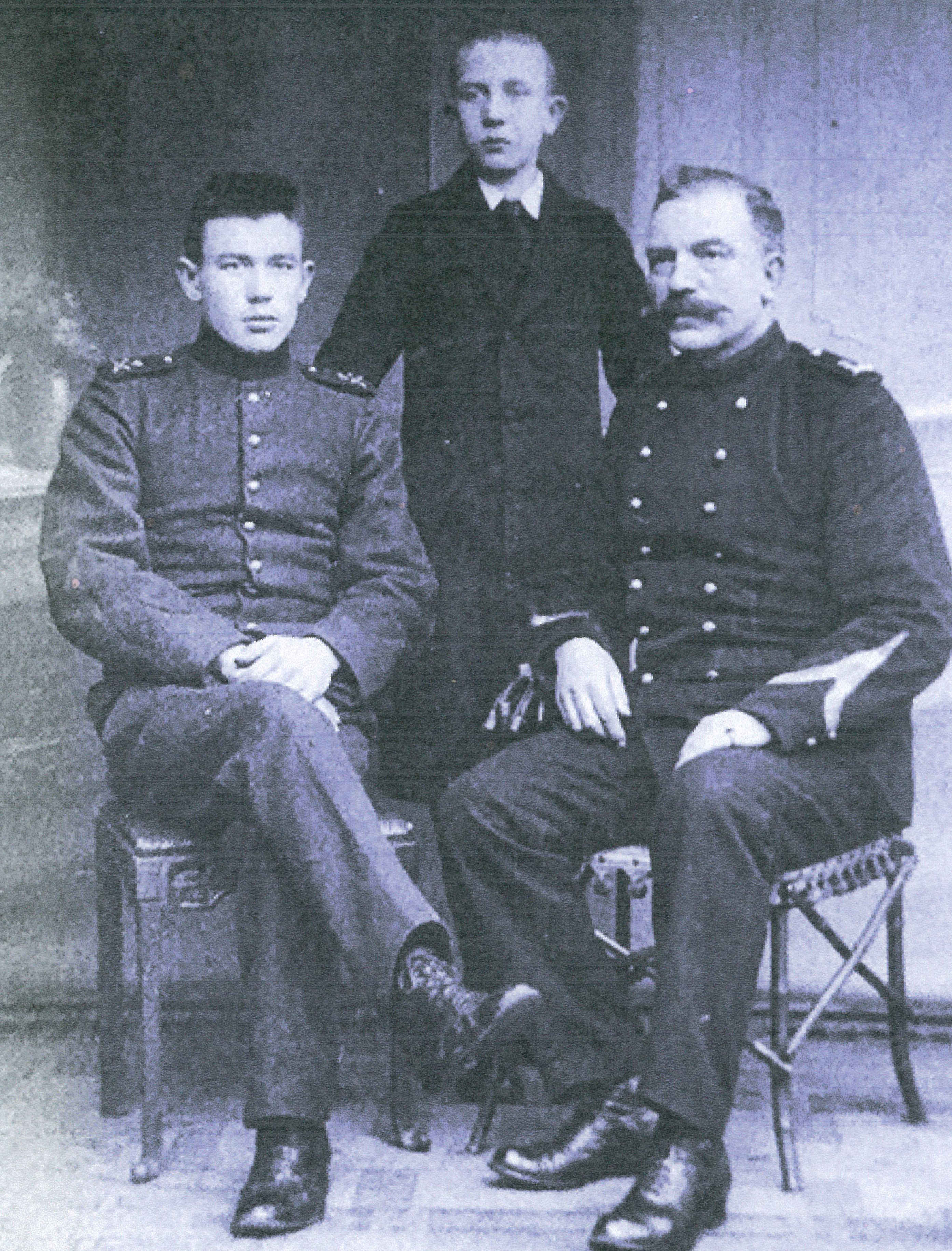 Drie generaties Alberts: Harm jr (midden), opa Meint (rechts), vader Harm sr. (links) Foto: Stichting Pampus