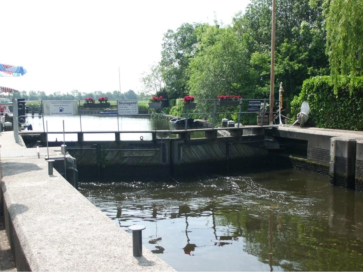De sluisdeuren die de schipper toegang geven tot de uitgestrekte Loosdrechtse Plassen.