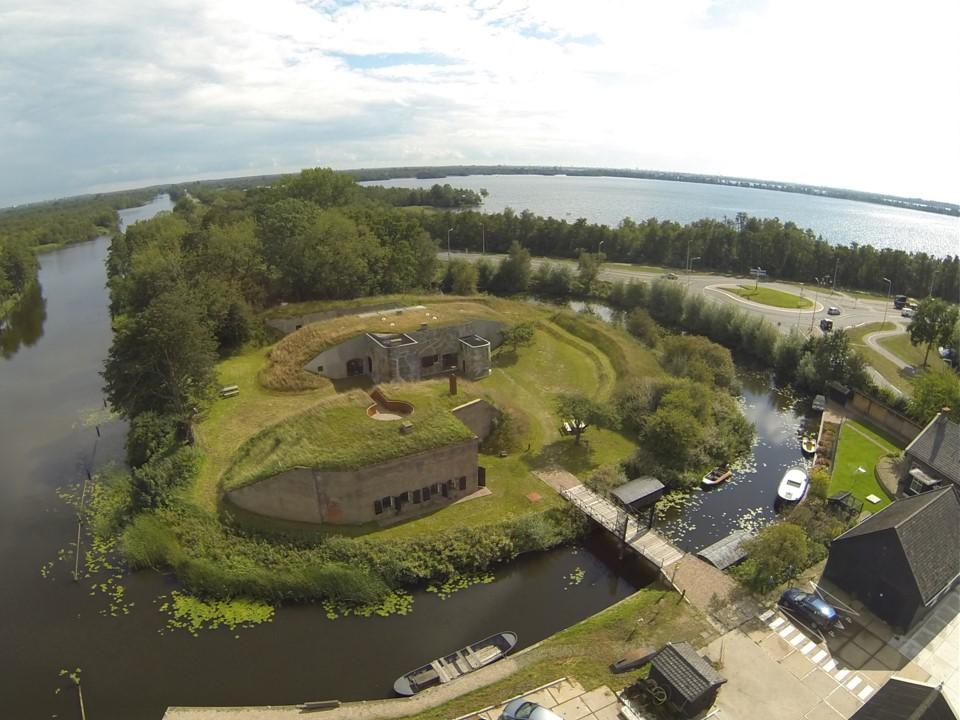 Fort Kijkuit, gezien vanuit de lucht. Links kabbelt het Hilversums Kanaal. Rechts zie je de Wijde Blik, een van de plassen rond Loosdrecht. Foto© Natuurmonumenten – Gertjan de Boer