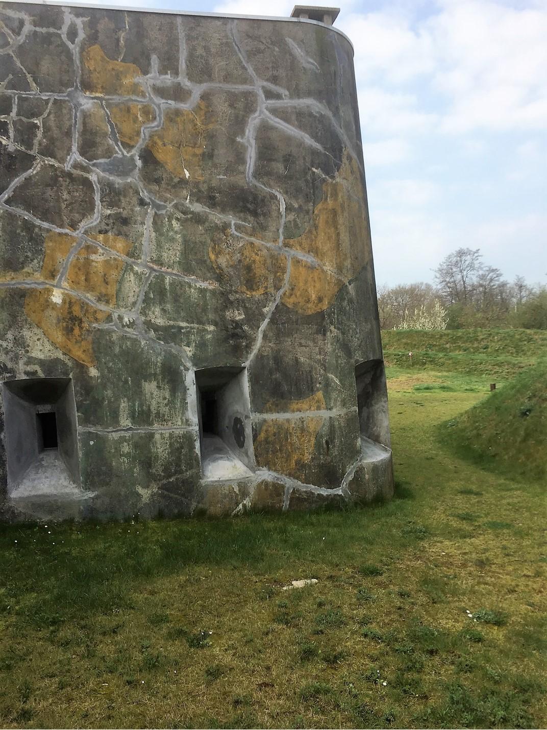 Een deel van het fort is gestoken in camouflagekleuren