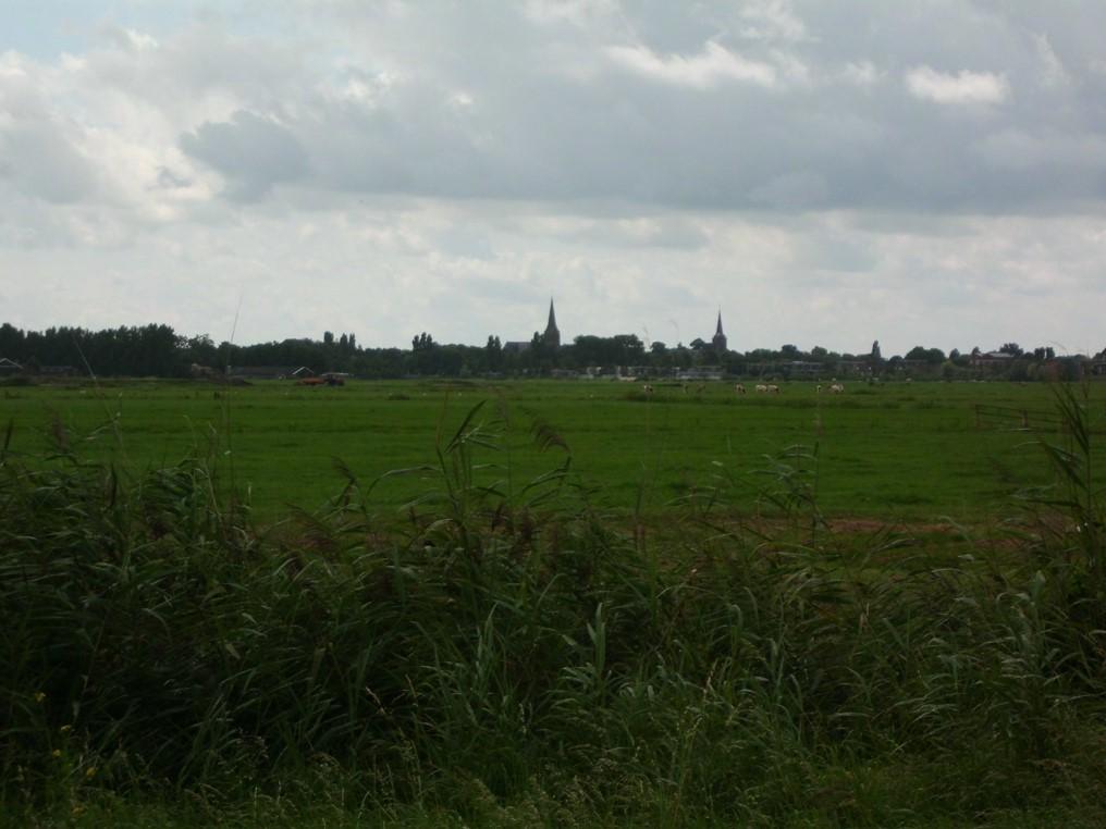 In de verte zie je van het fietspad Ruwelswal langs de provinciegrens de torens van Abcoude. Beeld: Jan Maarten Pekelharing.