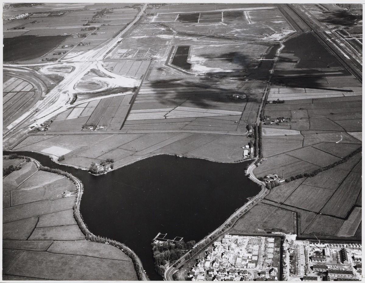 Luchtfoto uit 1972. Op de voorgrond het Abcoudermeer, met links het riviertje de Holendrecht dat in het meer uitmondt. Tussen het Abcoudermeer en de Ouderkerkerplas (links boven) ligt de A2. Aan het knooppunt Holendrecht werd toen druk gewerkt. Het terrein waar nu het AMC staat, lag in 1972 nog braak (rechts boven het Abcoudermeer). Foto Beeldbank Stadarchief Amsterdam