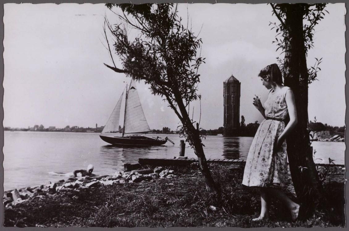 Aalsmeer kon zich dankzij de Westeinder profileren als watersportcentrum. Deze foto van Theo Wenzel dateert uit 1965. Met op de achtergrond de stoere watertoren (Foto Beeldbank Noord-Hollands Archief).