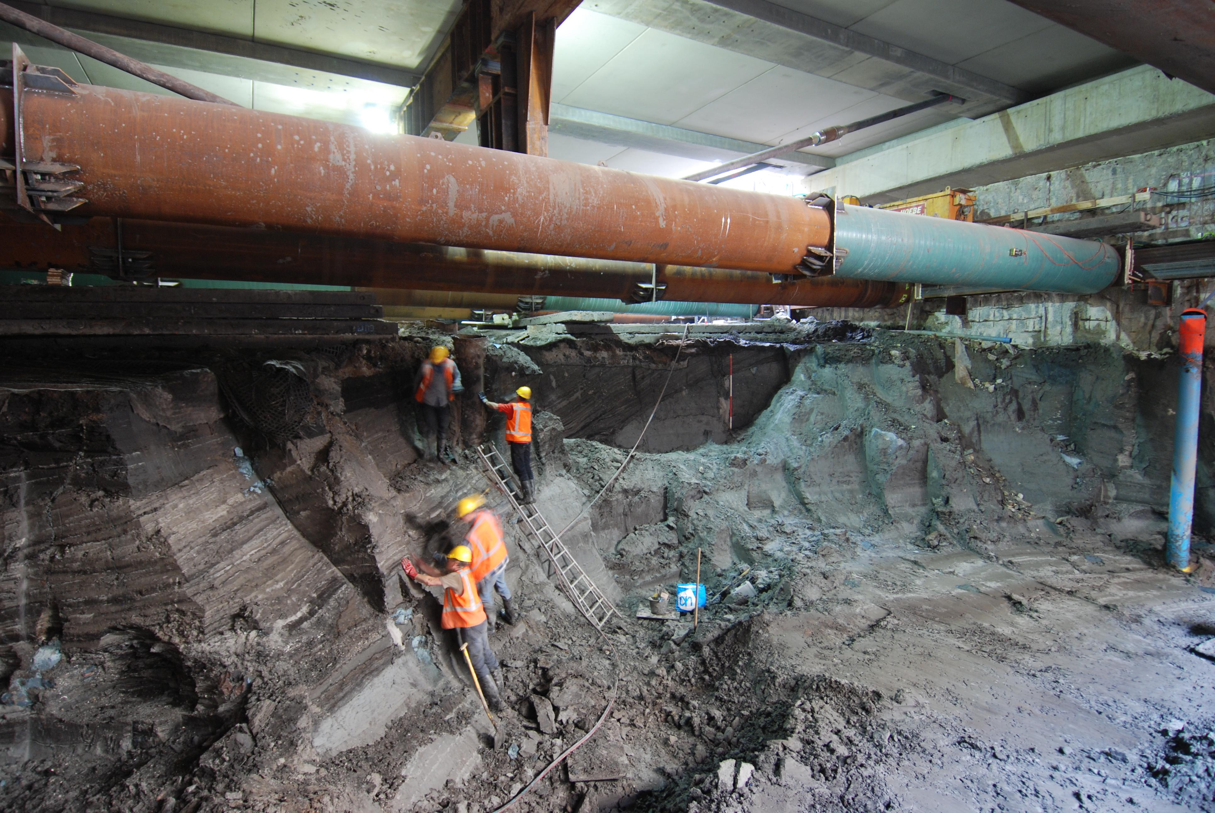 Archeologen aan werk op het Rokin, op circa 12 meter diepte. Foto: Monumenten en Archeologie, gemeente Amsterdam.