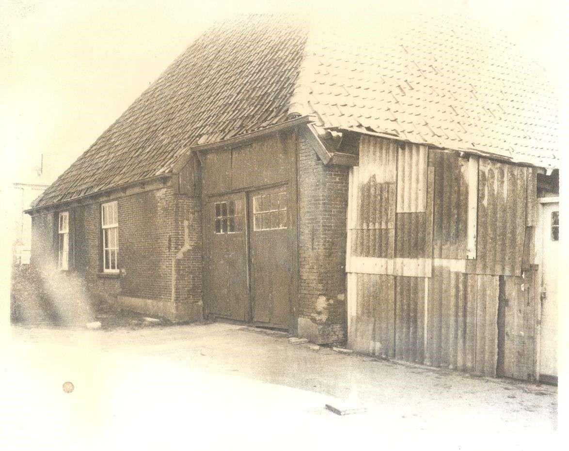 De stolpboerderij vlak voordat deze in 1979 werd verbouwd tot gemeentehuis. Copyright foto: Historische Vereniging Suyder Cogge.