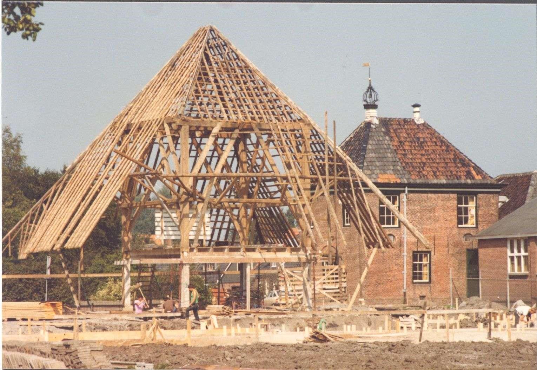 De verbouwing van de stolpboerderij in 1979, op de achtergrond het Koggehuis. Copyright foto: Historische Vereniging Suyder Cogge.