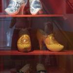Klompen met hoge hakken in Het Klederdrachtmuseum