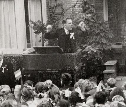 Jonker in actie tijdens de aubade voor het huis van burgemeester Wytema op 8 oktober 1949.