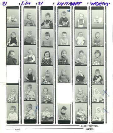 Contactafdrukjes uit het album van Nico Wester waaruit twee foto's zijn geknipt.