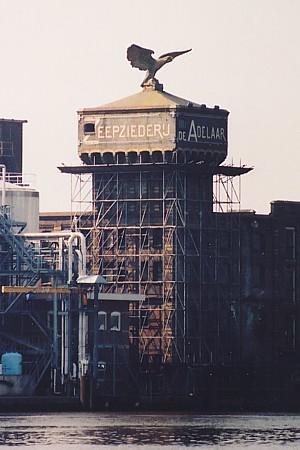 Gebouw de Adelaar met watertoren, aan de Zaan te Wormerveer