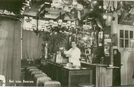 Bet van Beeren in haar café aan de Zeedijk