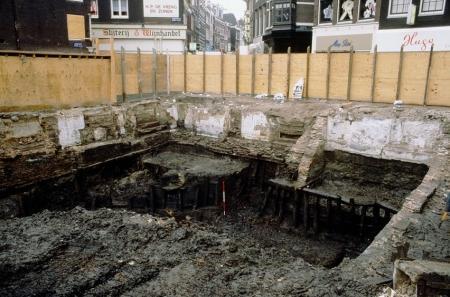 De eikenhouten kadeconstructies, aangelegd rond 1300.