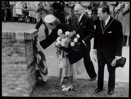 Koningin Juliana onthult in 1952 een gedenksteen in de walmuur bij het Victoriepark.