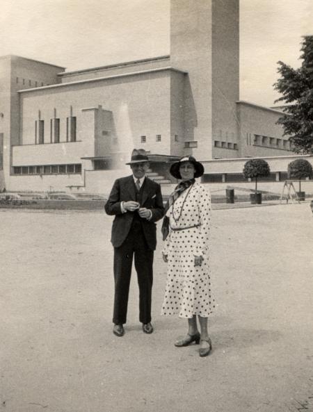 Dudok en zijn vrouw voor het net geopende raadhuis, 1931.