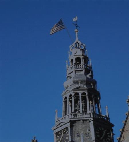 De Amerikaanse vlag wappert op de Oude Kerk.
