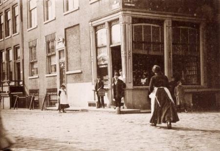 De apotheek op de hoek Geldersekade-Stormsteeg.