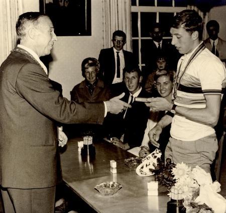 Huldiging van Piet de Wit door burgemeester A. Loggers van Wormer, 6 september 1966.
