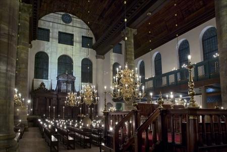 Interieur van de Portugese Synagoge bij kaarslicht.