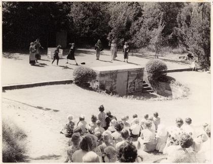 Opvoering van een toneelstuk in het openluchttheater omstreeks 1955.