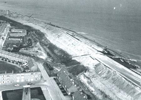 Werken aan de Helderse zeewering tijdens de verzwaring tot Deltahoogte.