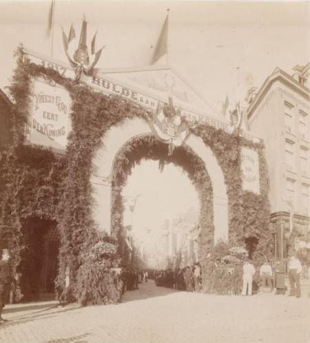 Versiering in de Willemsstraat voor de inhuldiging van koningin Wilhelmina, september 1898