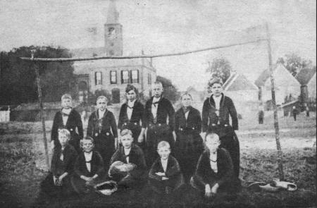 Een groep jonge Volendamse voetballertjes op de foto aan het begin van de 20ste eeuw