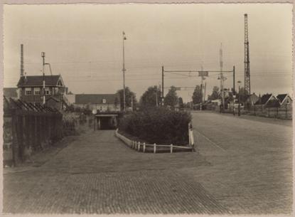 De spoorwegovergang en voetgangersdoorgang omstreeks de jaren veertig.