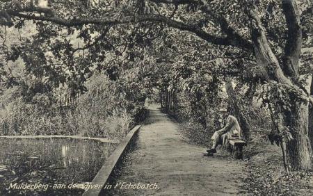 Aan de vijver in het Echobos. Een ansichtkaart van Muiderberg.