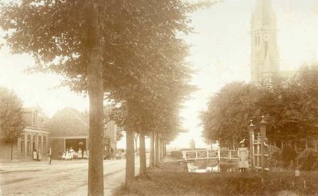 Café Halfweg (halverwege de Middenweg) met doorrijstal in 1902.