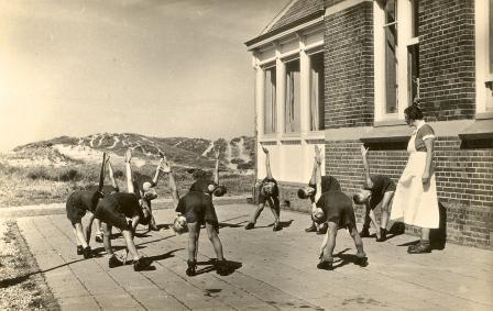 Gymnastiek op het terras van het koloniehuis.
