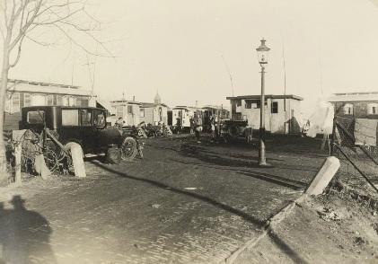 Het gemeentelijke woonwagenkamp (bonanzadorp) aan de Noorderkade, waar nu de Zijperstraat is, omstreeks 1930.