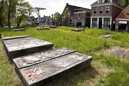 Gebeeldhouwde grafstenen