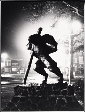 Het standbeeld van Van der Meij bij nacht, 1983.