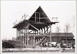 De opbouw van de replica van het vleethuis op de Zaanse Schans